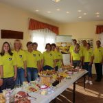 Frauen und Männer des Heimatvereins stehen hinter dem Frühstücksbüfett und laden dazu ein.