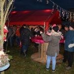 Gäste stehen an Tischen auf dem Adventsmarkt