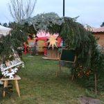 mit Tannengrün geschmückter Eingang zum Adventsmarkt