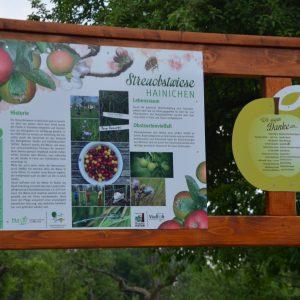 Dübener Heide: informationstafel zu einer Streuobstwiese