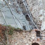 Blick auf das zerfallene Dach einer Kirche