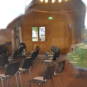 Blick in einen Konferenzraum durch Fenster
