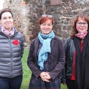 3 Frauen, Mitglieder der Niegripper Heimatfreunde vor dem Schloss Zörbig