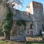 Großaufnahme der teilweise zerfallenen Kirche in Schrenz aus einer anderen Perspektive