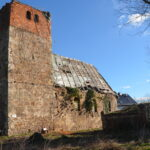 Großaufnahme der teilweise zerfallenen Kirche in Schrenz