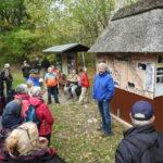 Wandergruppe lauscht dem Guide vor verschiedenen Infotafeln