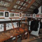 Ausstellung verschiedener historischer Handwerksgeräte und Kleidung