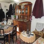 Historische Stube mit verschiedenen Möbeln und Kleidungsstücken