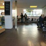 Blick in das Café-Bistro bauhaus Dessau mit Theke und Sitzmöglichkeiten