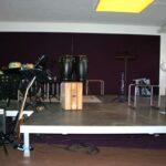 Leere kleine Bühne auf der verschiedene Instrumente abgestellt sind