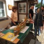Verkaufsstand mit Honig aus Abbenrode im Museumshof