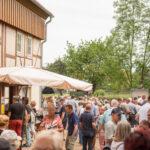 Blick über die Köpfe der zahlreichen Besucher im Museumshof