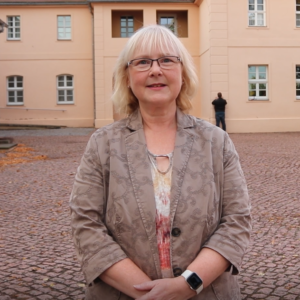 Katja Münchow vor Gut Mößlitz