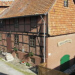 Außenansicht der Wassermühle Otto, saniertes Backsteinhaus mit Fassade in Fachwerkoptik